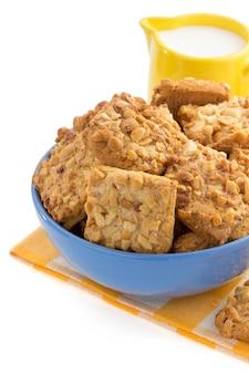 Süße kekse lokalisiert auf weißer oberfläche