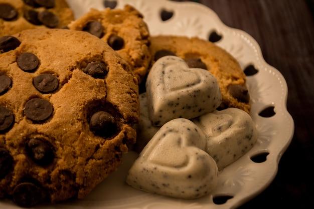 Süße kekse mit schokoladenstückchen. und weiße schokolade mit herzform
