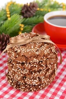 Süße kekse mit tasse tee auf tischnahaufnahme