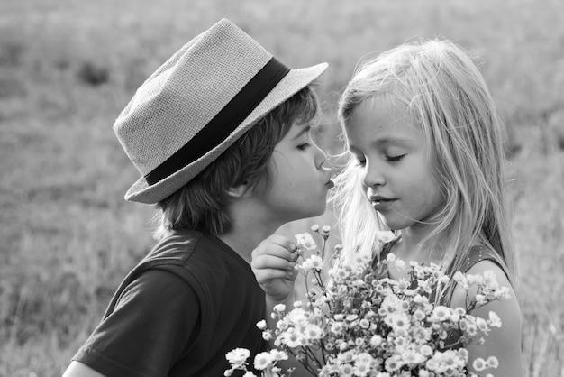 Süße kinder. abenteuer und urlaub kinder konzept. liebesgeschichte. schönes kleines paar - junge