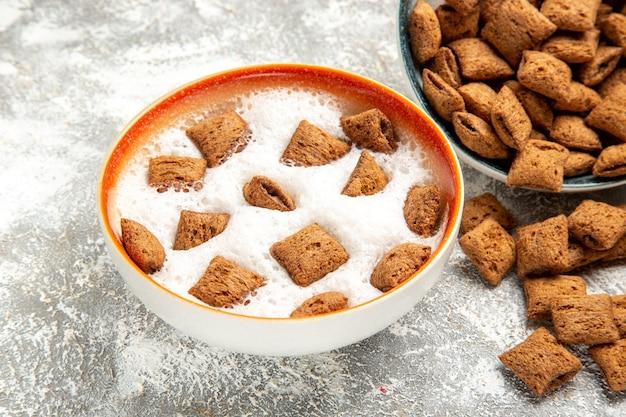 Süße kissenplätzchen mit milch auf weiß
