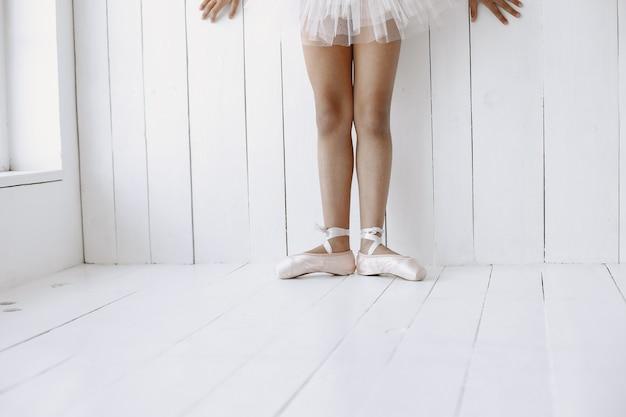 Süße kleine ballerina. kind tanzt im raum. kind im tanzkurs.