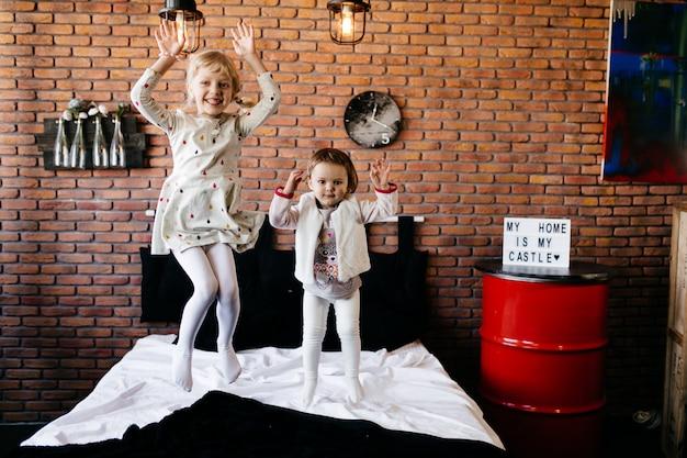 Süße kleine kinder spielen zusammen