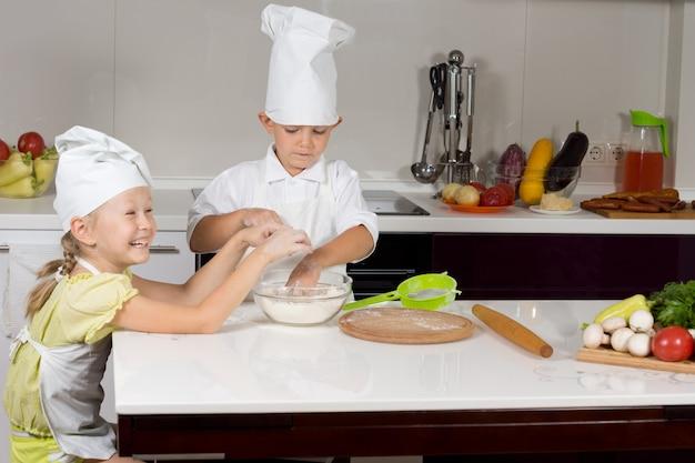 Süße kleine köche backen in der küche bak