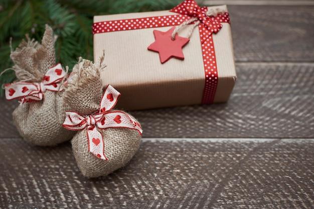Süße kleine weihnachtsgeschenke auf dem dunklen tisch