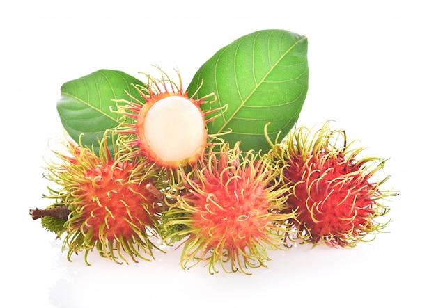 Süße köstliche frucht des rambutan lokalisiert auf weißem hintergrund