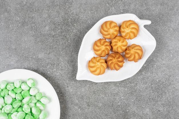 Süße köstliche gebräunte shortbread-kekse mit grünen bonbons