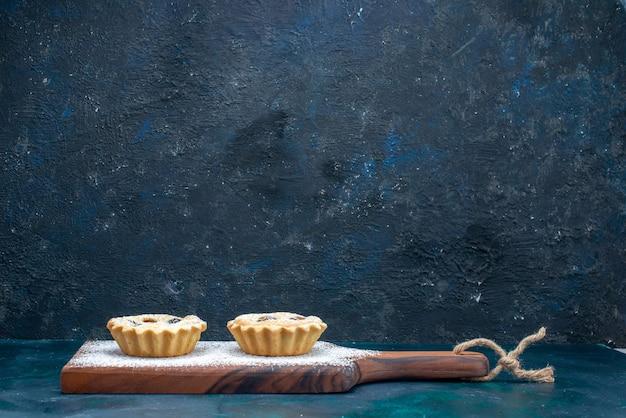 Süße kuchen mit früchten auf dunkelblau