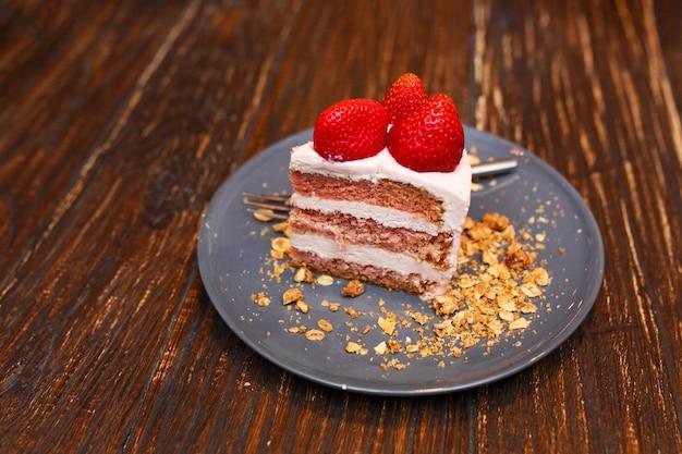 Süße kuchen mit sommerbeeren auf einem holztisch. party, süßer tisch. sommer bieten desserts im restaurant.