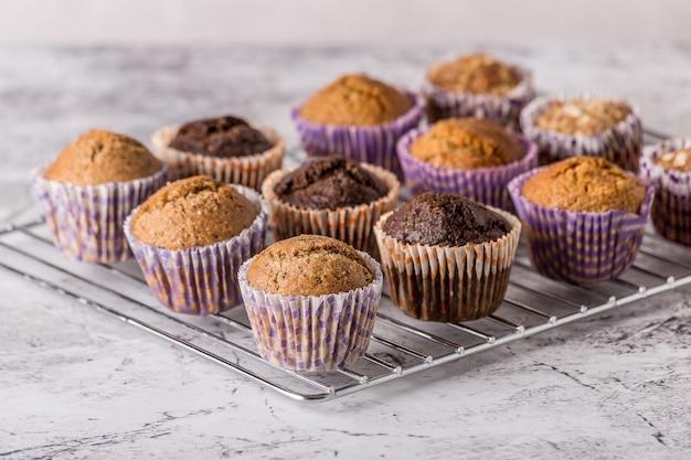 Süße kuchen oder cupcakes auf hellem marmorhintergrund. feiertagskuchenfeier, köstliches dessert, nahaufnahme