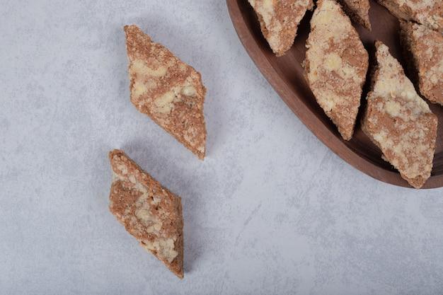 Süße kuchenstücke auf holzteller