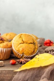 Süße kürbiskarottenmuffins mit gewürzen