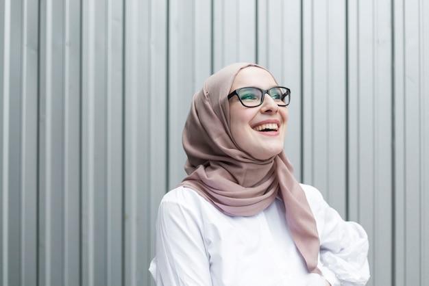 Süße lächelnde frau mit brille