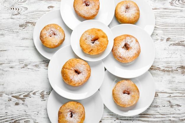 Süße leckere donuts auf dem tisch
