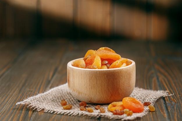 Süße leckere getrocknete aprikosen und rosinen. das konzept ist gesund f