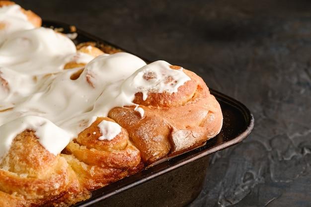 Süße leckere hausgemachte rosenbrötchen brötchen mit zucker schlagsahne, heiß und frisch, bäckerei für rezeptbuch, blickwinkel