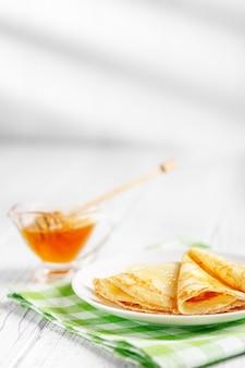 Süße leckere pfannkuchen mit honig.