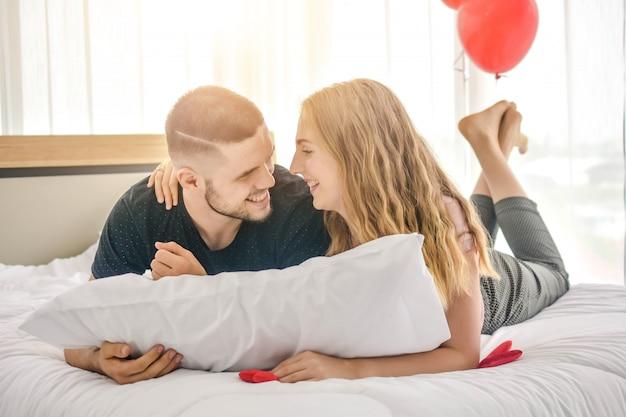 Süße liebe der paare leben im schlafzimmerglück im liebe valentinstagkonzept