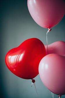 Süße liebe valentinstag romantisches konzept retro rot rosa luftballons herzform weichzeichner bewegungsunschärfe