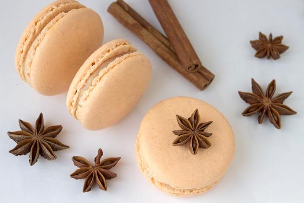 Süße macarons, gewürzanis und zimtstangen