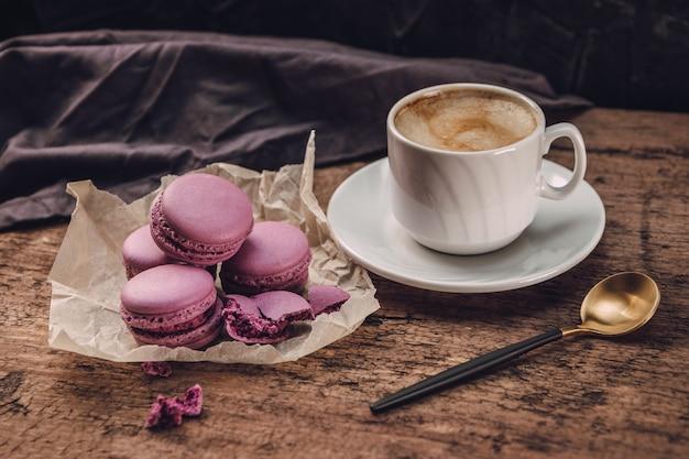 Süße macarons und eine tasse kaffee