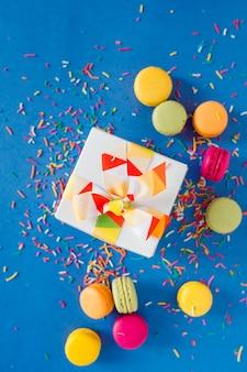 Süße makrone und geschenkbox, draufsicht