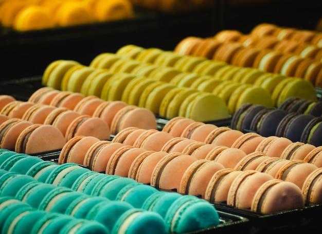 Süße mandelkekse makronen nahaufnahme und selektiver fokus der französischen süßen delikatesse