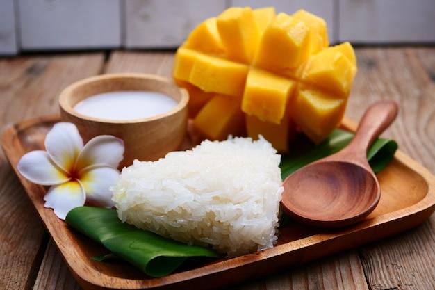 Süße mango mit klebrigem reis, thailändischer nachtisch