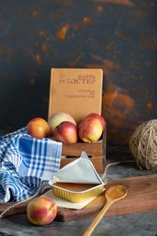 Süße marmelade mit pfirsichen und holzlöffel auf holzbrett