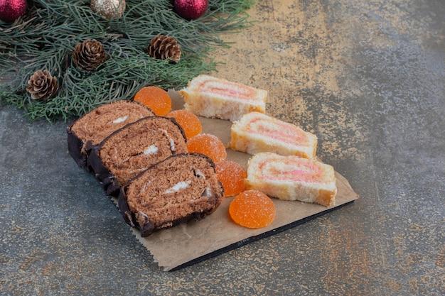 Süße marmeladen in dunklen tellern auf einem sack. hochwertiges foto