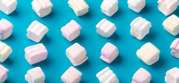 Süße marshmallows auf blau