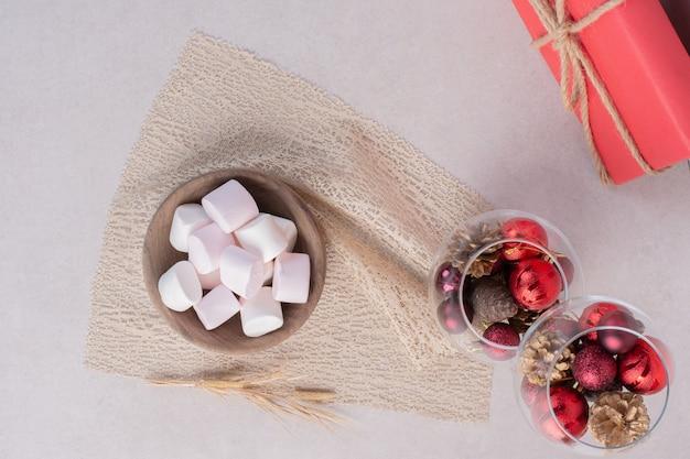 Süße marshmallows auf holzbrett