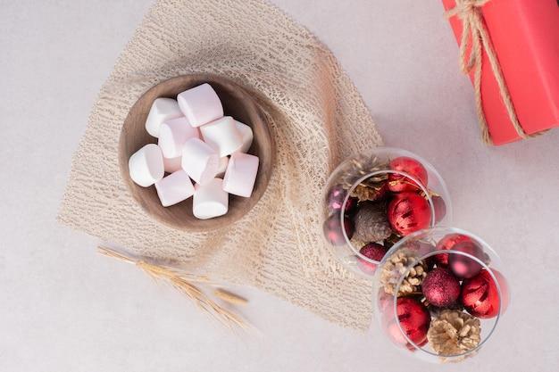 Süße marshmallows auf holzbrett.