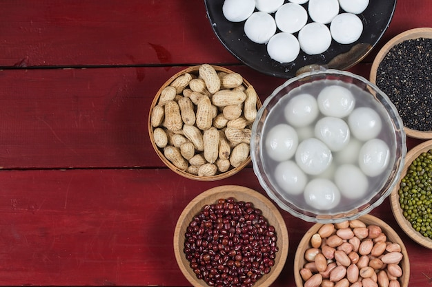 Süße mehlklöße in der schüssel auf tabelle, ang pow oder roten paket- und goldbarren