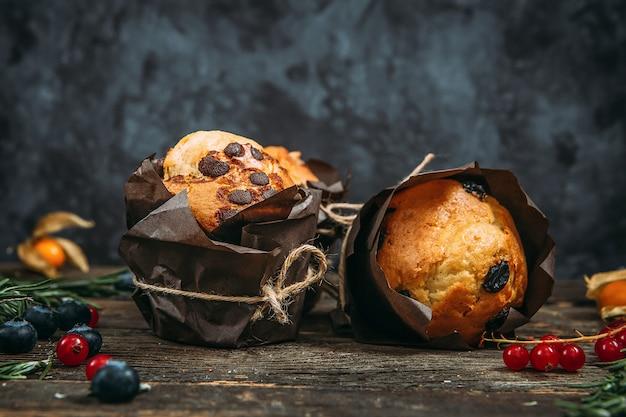 Süße muffins mit schokoladenstückchen und rosinen