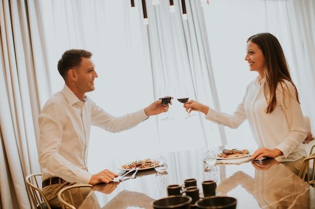 Süße paare, die romantisches an der luxusküche zu abend essen