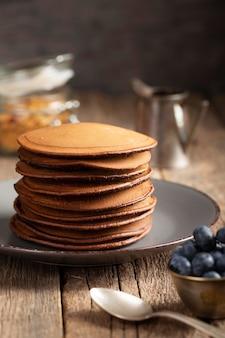 Süße pfannkuchen auf teller mit blaubeeren