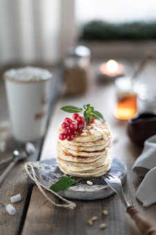 Süße pfannkuchen mit johannisbeerbeeren und honig