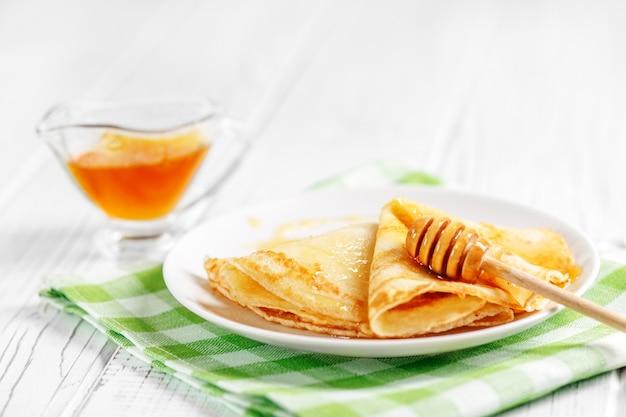 Süße pfannkuchen mit leckerem honig.