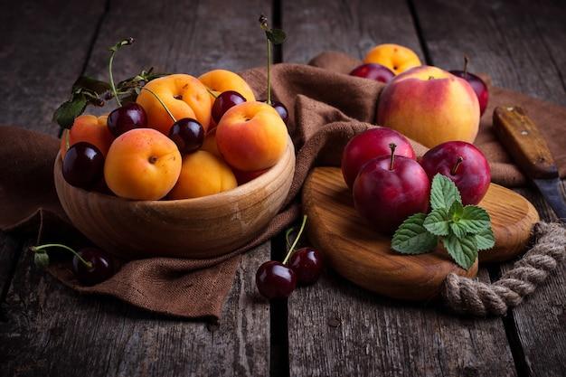 Süße pflaumen und aprikosen. selektiver fokus