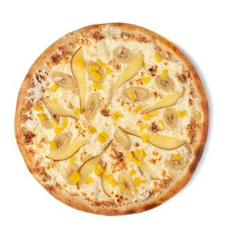 Süße pizza mit birne, ananas, banane und mozzarella-käse. buttercreme. von oben betrachten. weißer hintergrund. isoliert.