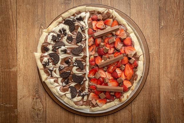 Süße pizza mit schokolade und erdbeere. ansicht von oben.