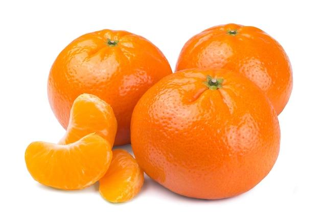 Süße reife frische mandarinen und mandarinenscheiben isoliert