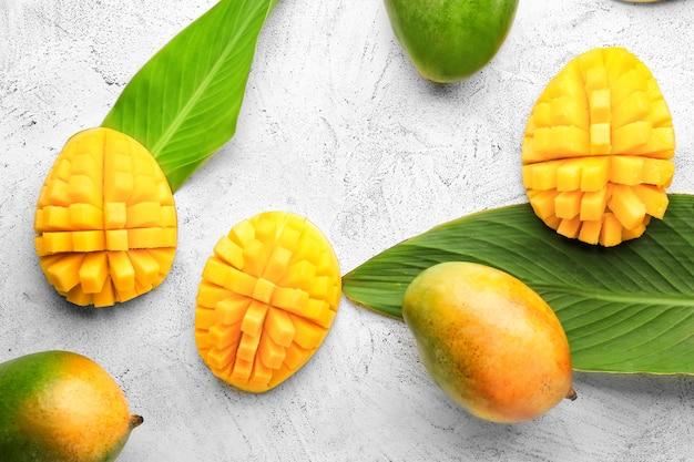 Süße reife mangos auf grauem tisch