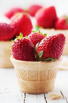 Süße rote erdbeeren in eistüte