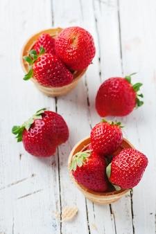 Süße rote erdbeeren in eistüten