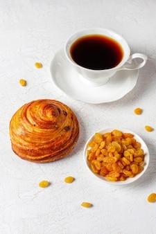 Süße runde französische brötchen mit rosinen.