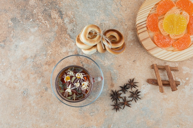 Süße runde kekse mit kräutertee und marmelade