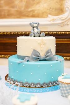 Süße schöne torte und andere süßigkeiten zum kindergeburtstag