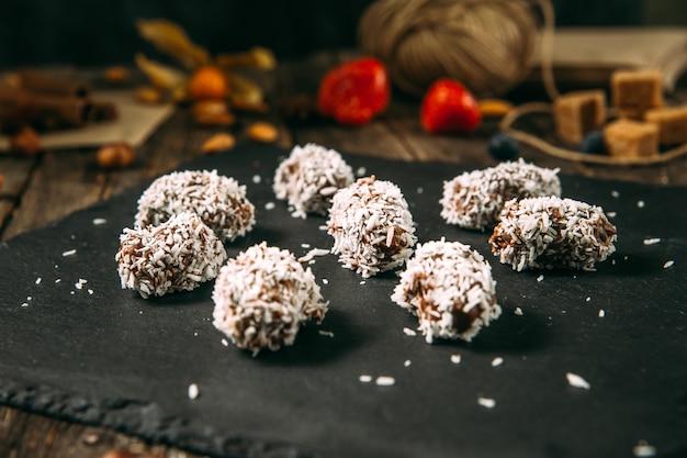 Süße schokoladenbonbons in kokosflocken